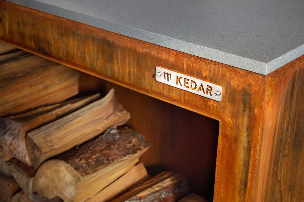 Zahradní cortenový stolek Kedar s úložištěm na dřevo